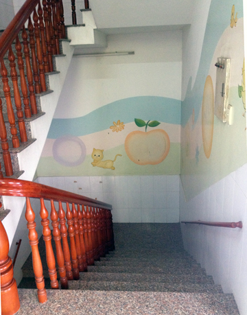 The stairs keep to the color scheme, and underline the presence of young minds.